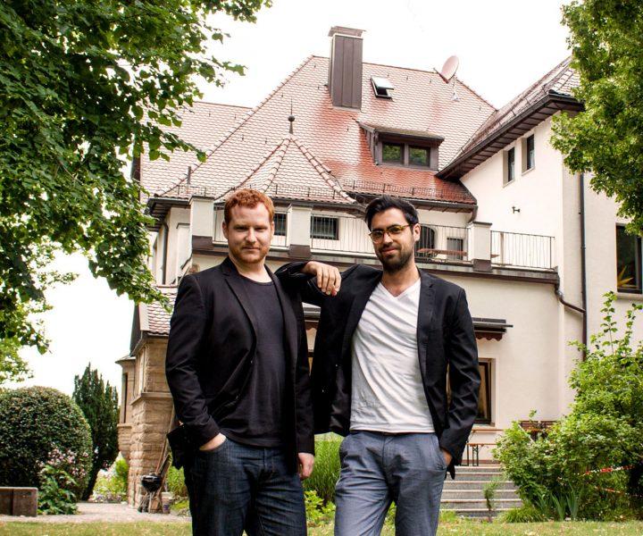 Die beiden geschäftsführenden Gesellschafter Jan Grüb und Tobias Martsch im weitläufigen Garten des Hauses in der Stafflenbergstraße, in dem das neue Büro bezogen wurde.